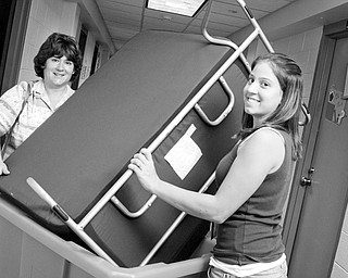 Moving in: Deanna Goulden of Massillion helps neice Erika Smeyers, 18, of Massillion move a couch into her dorm. YSU Freshman Convocation on Sunday, August 24, 2008. Daniel C. Britt.