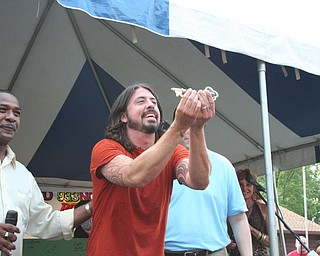 Dave Grohl receives the key to the City of Warren.