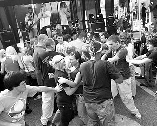 The Vindicator/Robert K. Yosay -----VEXFEST 6 -  a crowd of ???????  listens to music at VexFest 6 on Federal Plaza - - 9-23-2009