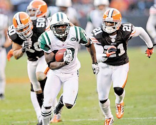 New York Jets wide receiver Santonio Holmes runs the ball against the Cleveland Browns NFL football game Sunday, Nov. 14, 2010, in Cleveland. (AP Photo/David Richard)