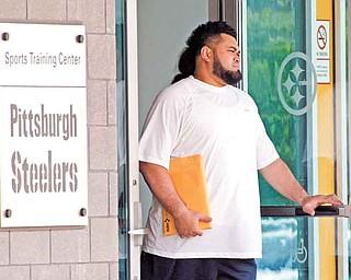 Pittsburgh Steelers offensive guard Chris Kemoeatu leaves the NFL football team's training facility in Pittsburgh on Tuesday, July 26, 2011. (AP Photo/Gene J. Puskar)
