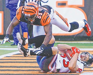 Houston wide receiver Kevin Walter falls into the end zone with a touchdown reception against Bengals linebacker Thomas Howard in the closing seconds of Sunday's NFL game in Cincinnati. The Texans won, 20-19.