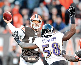 Cleveland Browns quarterback Jason Campbell throws a 1-yard touchdown pass over Baltimore Ravens linebacker