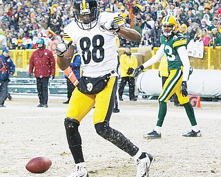 Steelers receiver Emmanuel Sanders celebrates his touchdown catch in front of the Packers' M.D. Jennings during the first half of their game Sunday in Green Bay, Wis.