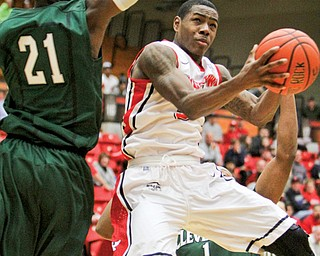 Youngstown State's Kendrick Perry goes up for a layup against Cleveland State's Marlin Mason (21) during a