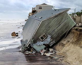 En esta fotografía del lunes 11 de septiembre de 2017 se muestra una casa que fue dañada y arrastrada al mar tras el paso del huracán Irma en Ponte Verda Beach, Florida. (Gary Lloyd McCullough/The Florida Times-Union vía AP)