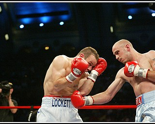 Kelly Pavlik defends his middleweight title against Welshman Gary Lockett, knocking him out in the third round.