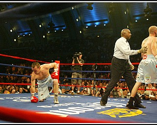 Kelly Pavlik defends his middleweight title against Welshman Gary Lockett, knocking him out in the third round. This is a photograph from round 3.