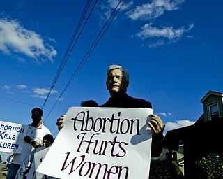 Reverend Frank Glenn of Cortland protests abortion on Elm Road in Warren Sunday, October 5, 2008. Daniel C. Britt.
