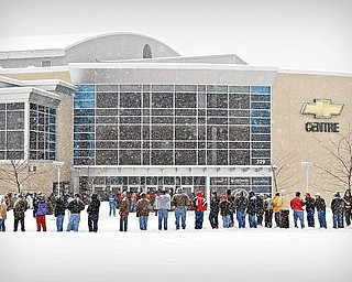 Kelly Pavlik fans wait in line at the Chevy Center on Saturday morning, during a big storm.