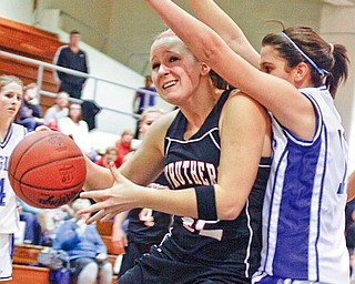 BACKING HER DOWN: Struthers' Kaitlyn Opritza, left, gets position inside against Hubbard's Allie DeLuco during the first quarter of Monday's game.