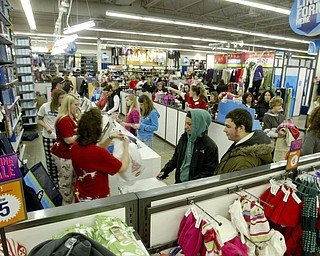 William D. Lewis|The Vindicator Boardman Old Navy store  about 5:30 am. The store opened at midnite.