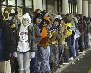 William D. Lewis|The Vindicator A large crowd qued up outside the Boardman Best Buy at 5am Friday to get Black Friday bargins.