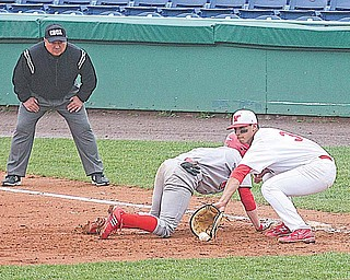 Youngstown State first baseman Jeremy Banks scoops a throw while Illinois-Chicago baserunner Ryan Boss dives back during Sunday's doubleheader at Eastwood Field in Niles.