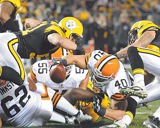 Cleveland Browns running back Peyton Hillis (40) is stopped short of the end zone by Pittsburgh Steelers inside linebacker James Farrior (51), left, and Pittsburgh Steelers inside linebacker Larry Foote (50) in the first quarter of the NFL football game Thursday in Pittsburgh. The Steelers won 14-3.