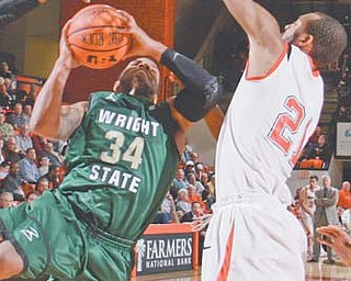 Youngstown State's Damian Eargle (21) attempts to block a shot by Wright State's Julius Mays (34) during