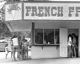 One of the most popular food stands at the park sold French fries. To this day, some Mahoning Valley restaurants try to imitate the taste of the park potatoes and call them Idora Park fries.