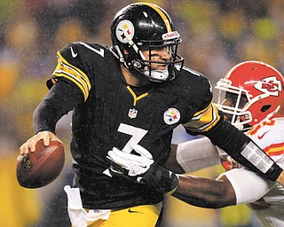 Steelers quarterback Ben Roethlisberger evades Kansas City outside linebacker Justin Houston in the first