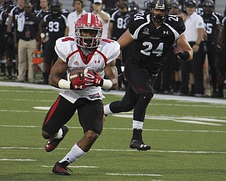 Youngstown State's Andre Stubbs (4) looks toward the endzone after catching a pass during the first quarter of Saturday's matchup at Southern Illinois in Carbondale Illinois.  Dustin Livesay  |  The Vindicator  9/28/13  Carbondale Illinois.