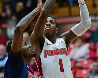 YOUNGSTOWN, OHIO - NOVEMBER 29, 2017: Youngstown State's Braun Hartfield looks to shoot over Robert Morris's Dachon Burke during the first half of their game Wednesday night at Beeghley Center. Robert Morris won 81-74. DAVID DERMER | THE VINDICATOR