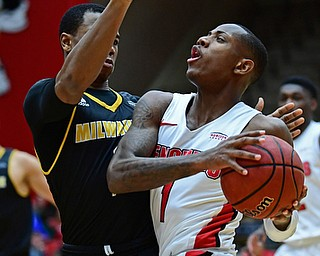YOUNGSTOWN, OHIO - JANUARY 4, 2017: Youngstown State's Braun Hartfield drives on Milwaukee's Jeremiah Bell during the first half of their game, Thursday night at Beeghly Center. DAVID DERMER | THE VINDICATOR