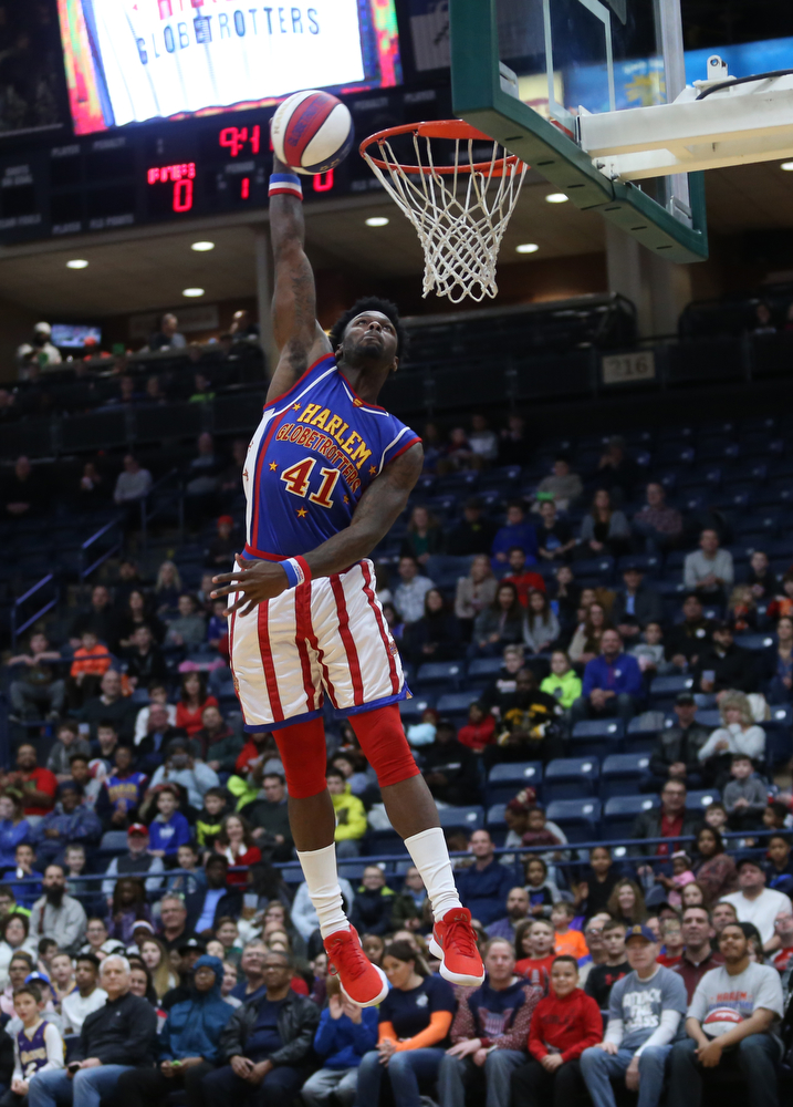 Globetrotters #41 goes up for a dunk , Jan. 24, 2018, at the Covelli Centre in Youngstown...(Nikos Frazier | The Vindicator)