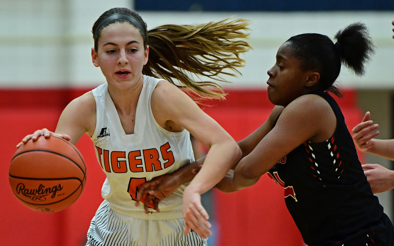 AUSTINTOWN, OHIO - FEBRUARY 26, 2018: Howland's Mackenzie Maze drives on Struthers' Keasia Chism during the first half of their OHSAA district tournament game at Fitch High School. Howland won 35-24. DAVID DERMER | THE VINDICATOR