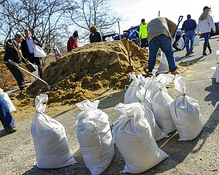 Residents and business owners collect sandbags, Thursday, March 1, 2018, in Scituate, Mass., ahead of Friday's expected storm, predicted to bring high winds and the potential for coastal flooding. (Greg Derr/The Quincy Patriot Ledger via AP)