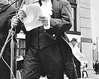 """RE-ENACT START OF AMERICAN REVOLUTION AT FEDERAL PLAZA - It was """"one if by land"""" and """"Two if by sea,"""" Merv Jones recalled of the lantern warning from Old North Church in Concord, Mass."""