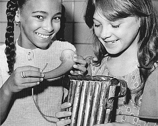 Inspecting a powder horn and candle molds from a past era are Pamela Jackson (left) and Tina Lilley.  Photo published Saturday, November 1, 1975.  Photo by Paul R. Schell.