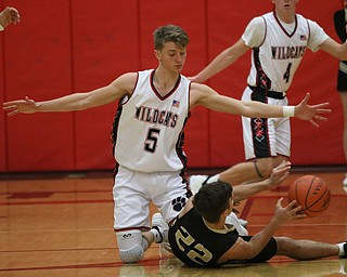 Carson Ryan (5) of Struthers defends Colton Maiorca (22) of Windham during Wednesday nights matchup at Struthers High School.  Dustin Livesay  |  The Vindicator  1/2/19  Struthers