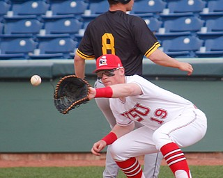 YSU first baseman Trevor Wiersma catches the ball thrown from pitcher Marco DeFalco to try to get NKU's Sam Hedges out during their second game on Thursday. EMILY MATTHEWS | THE VINDICATOR